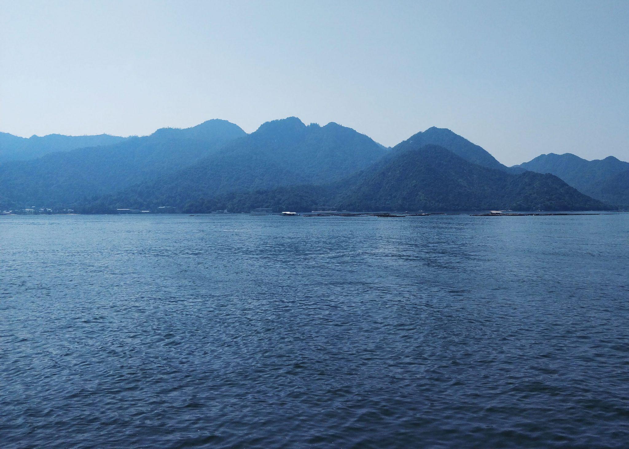 Meri ja vuoristoisia saaria