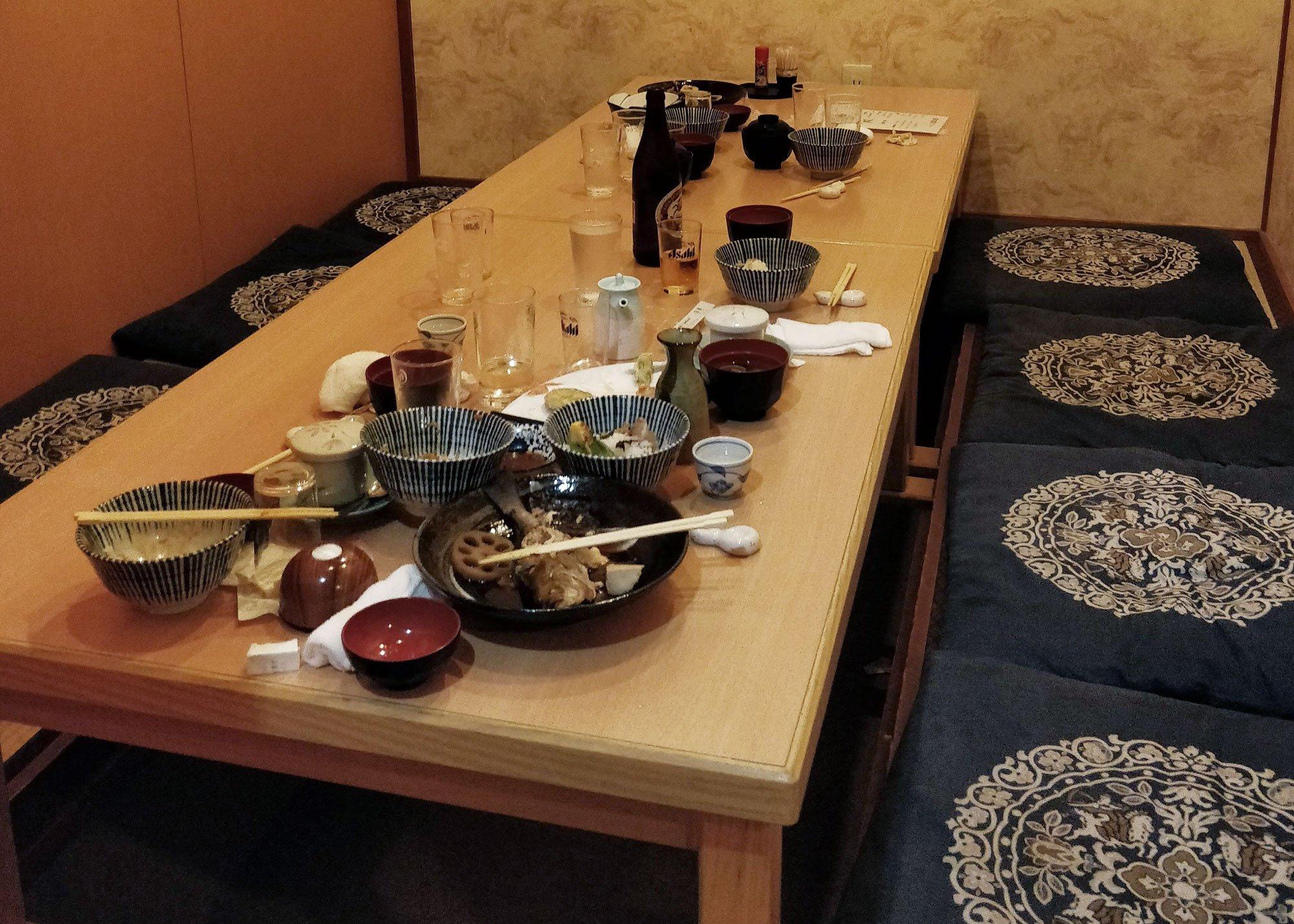 Ravintolan pöytä täynnä likaisia astioita