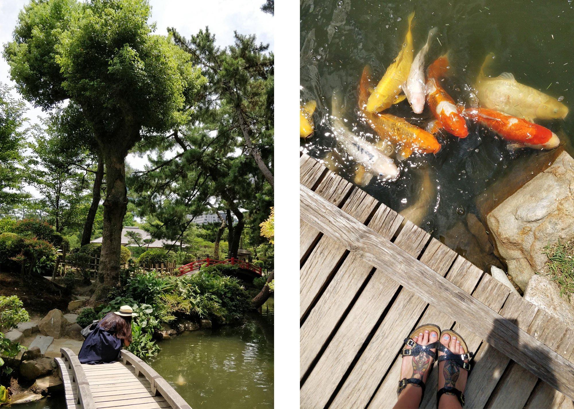 Shukkeien-puutarha. Tyttö sillalla ja jalat ja karppeja