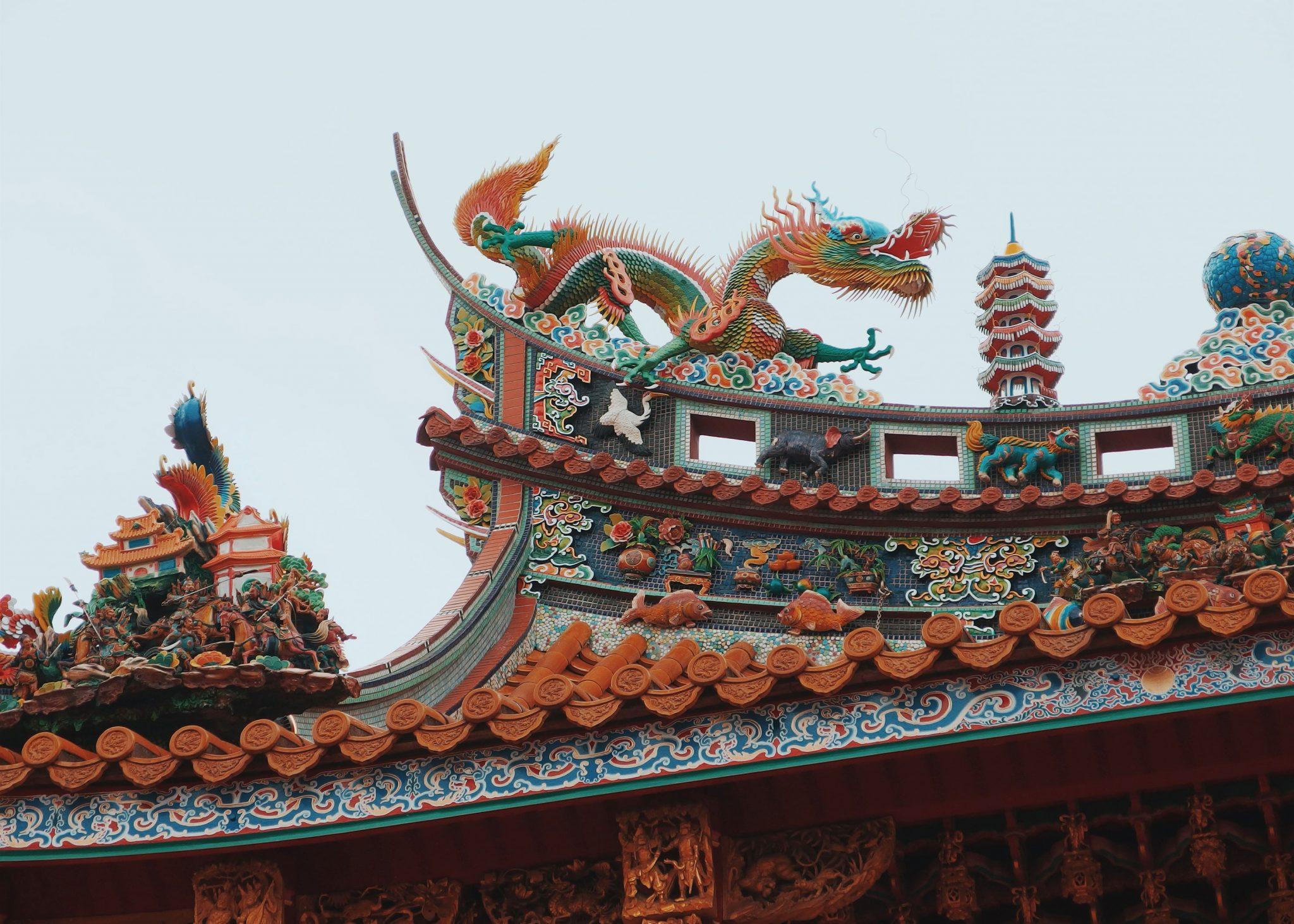 Värikäs temppeli jonka katolla on lohikäärmepatsas