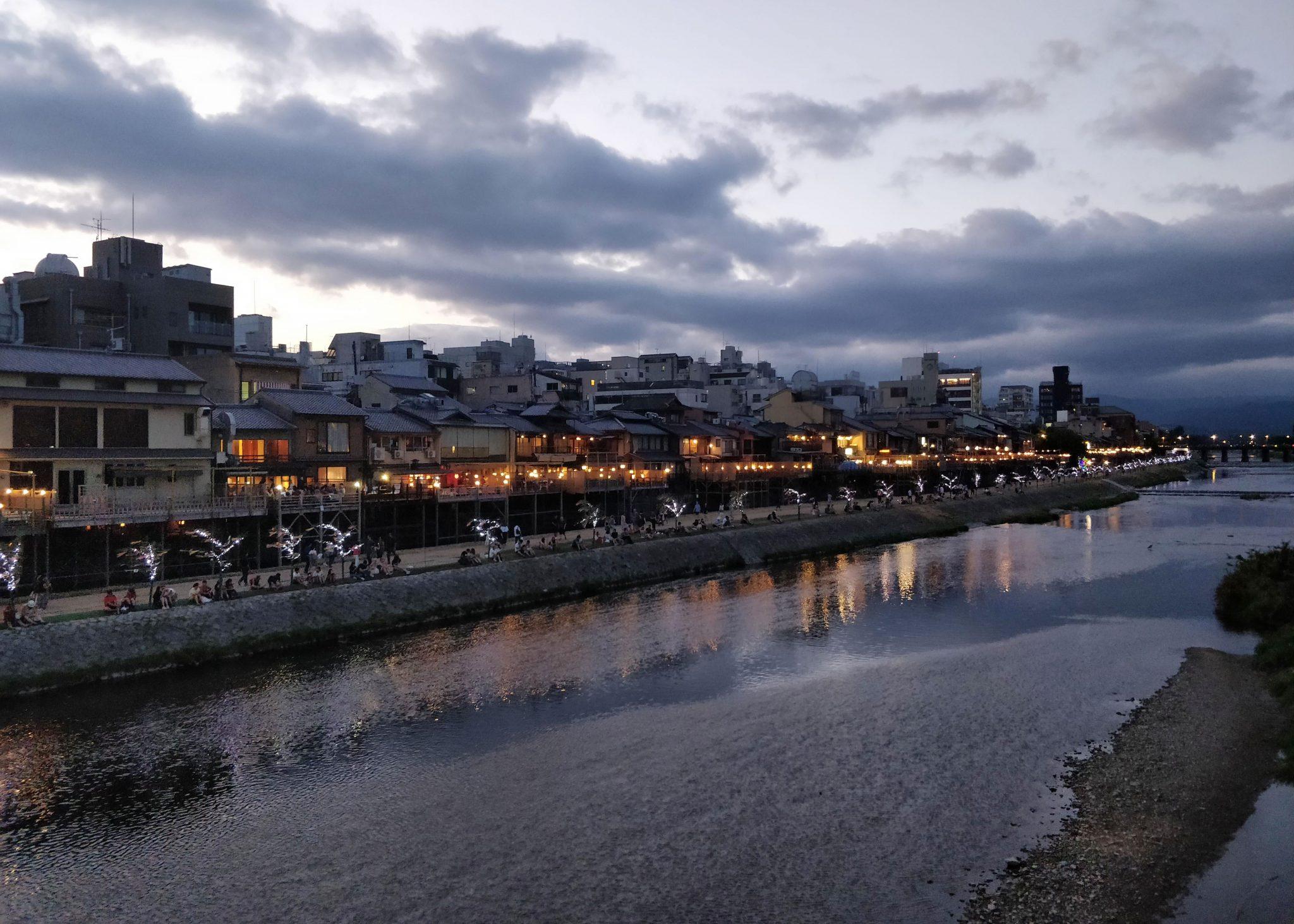 Kioton joki sinisellä hetkellä ja vastarannan valoja