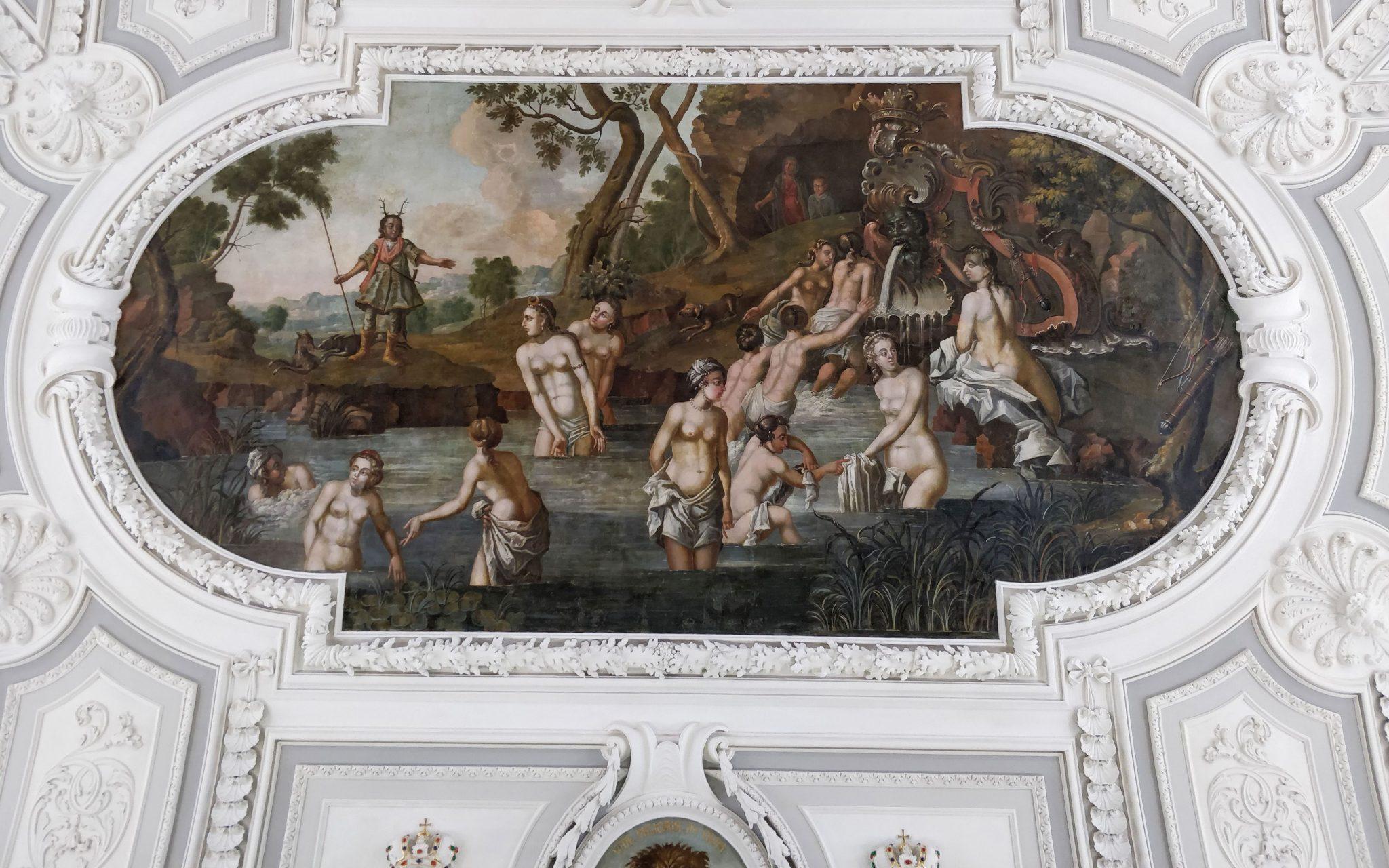 kadriorgin palatsin pääsalin kattomaalaus ja vaaleanharmaita seinäkoristeita