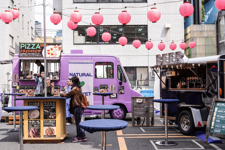 liila ruokarekka japanissa ja vaaleanpunaisia lamppuja