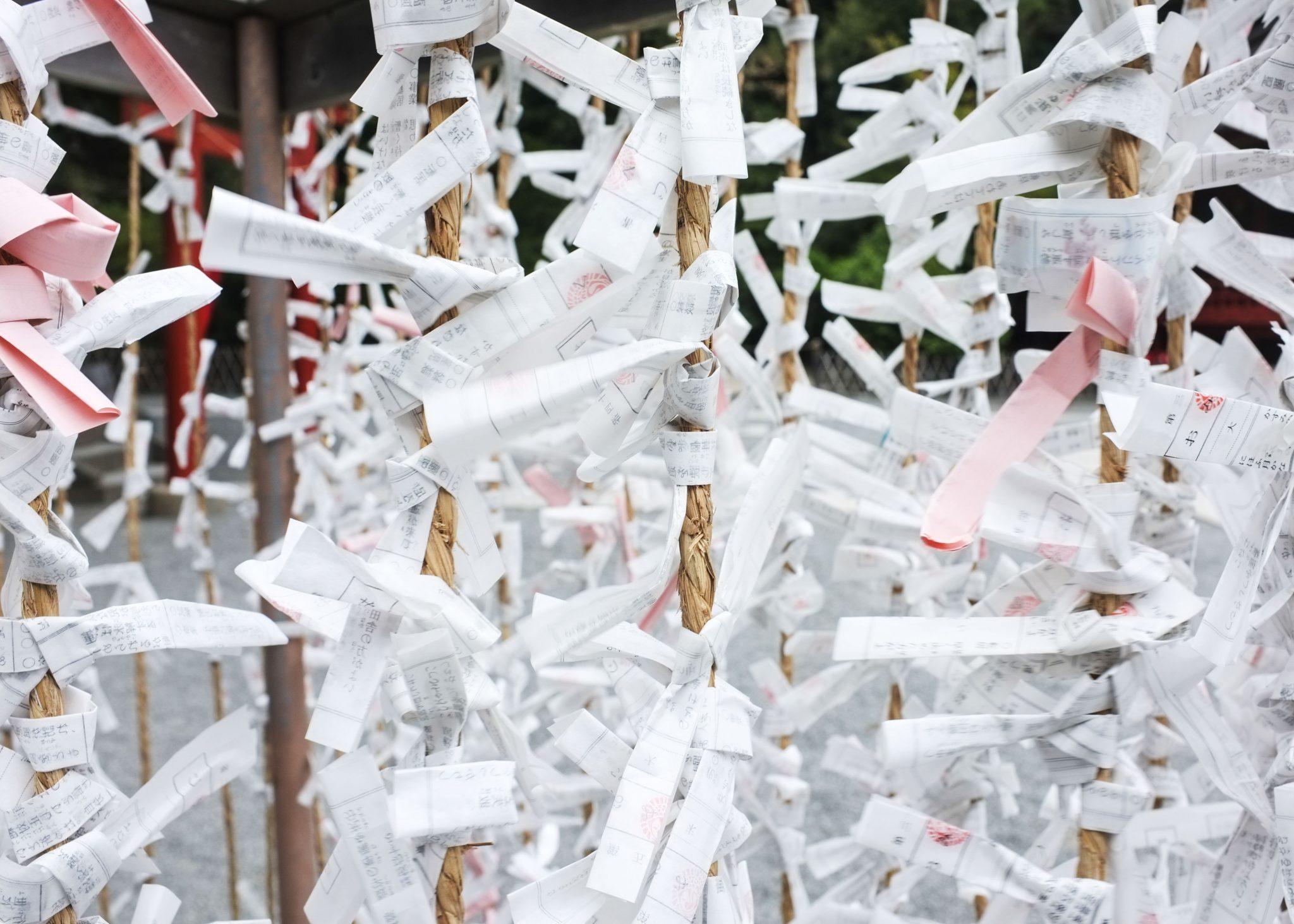 naruihin sidottuja ennustuksia temppelissä kamakurassa
