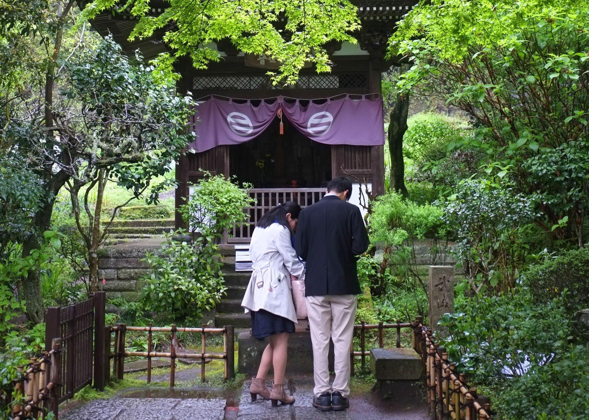 japanilainen pariskunta rukoilee kamakurassa