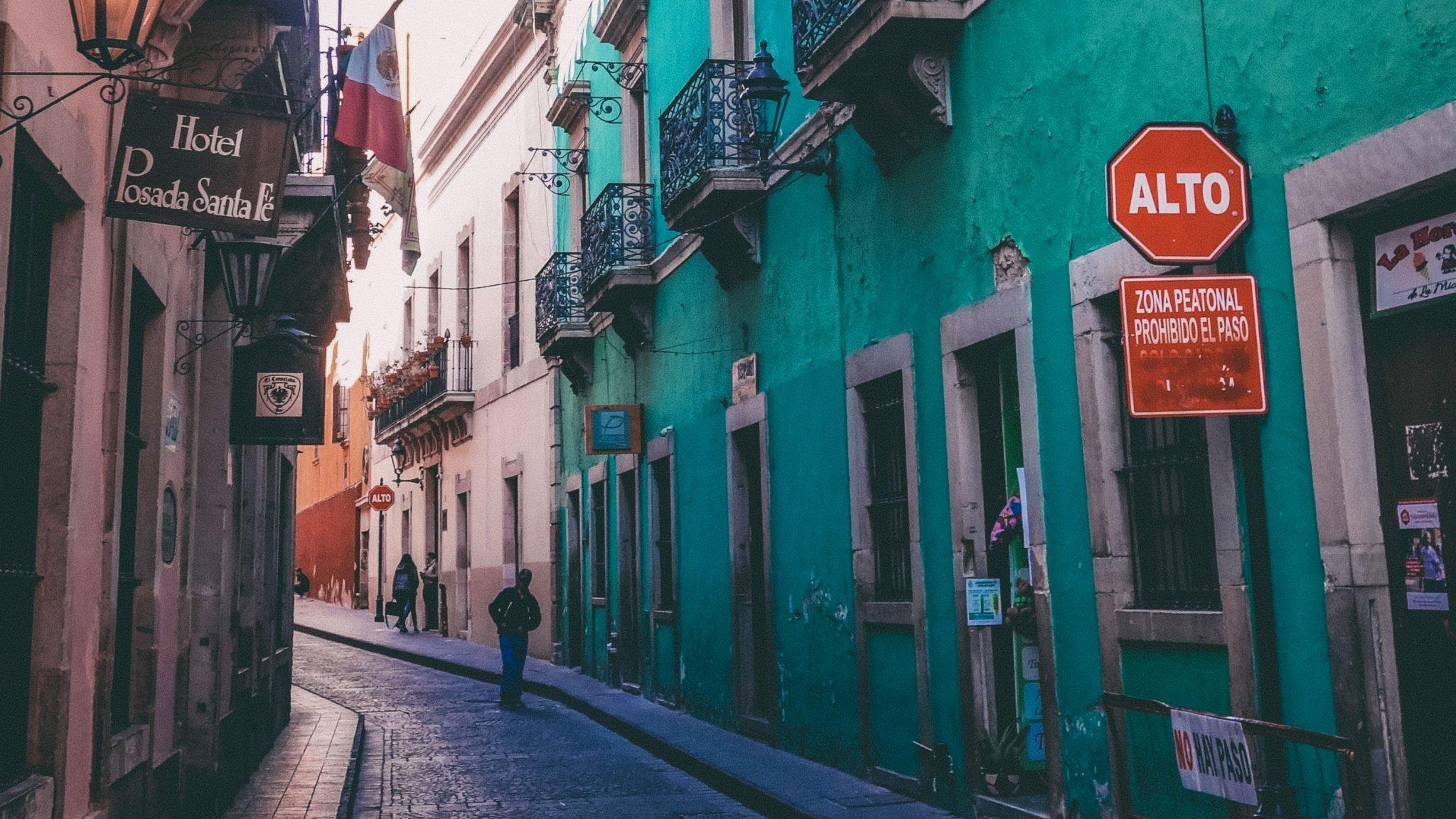 katu meksikossa, taloja ja kylttejä
