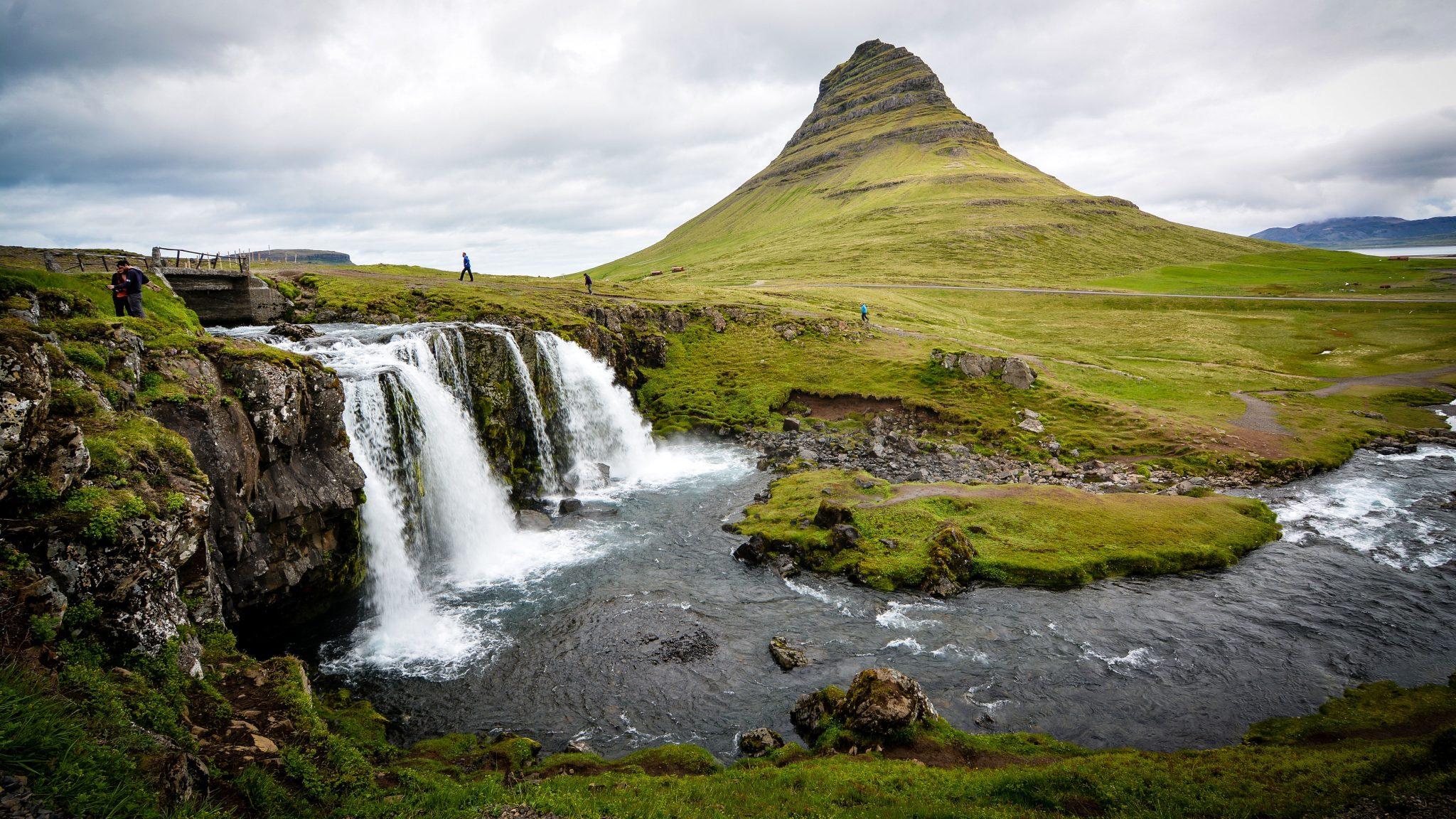 maisema islannista, vesiputous ja lampi