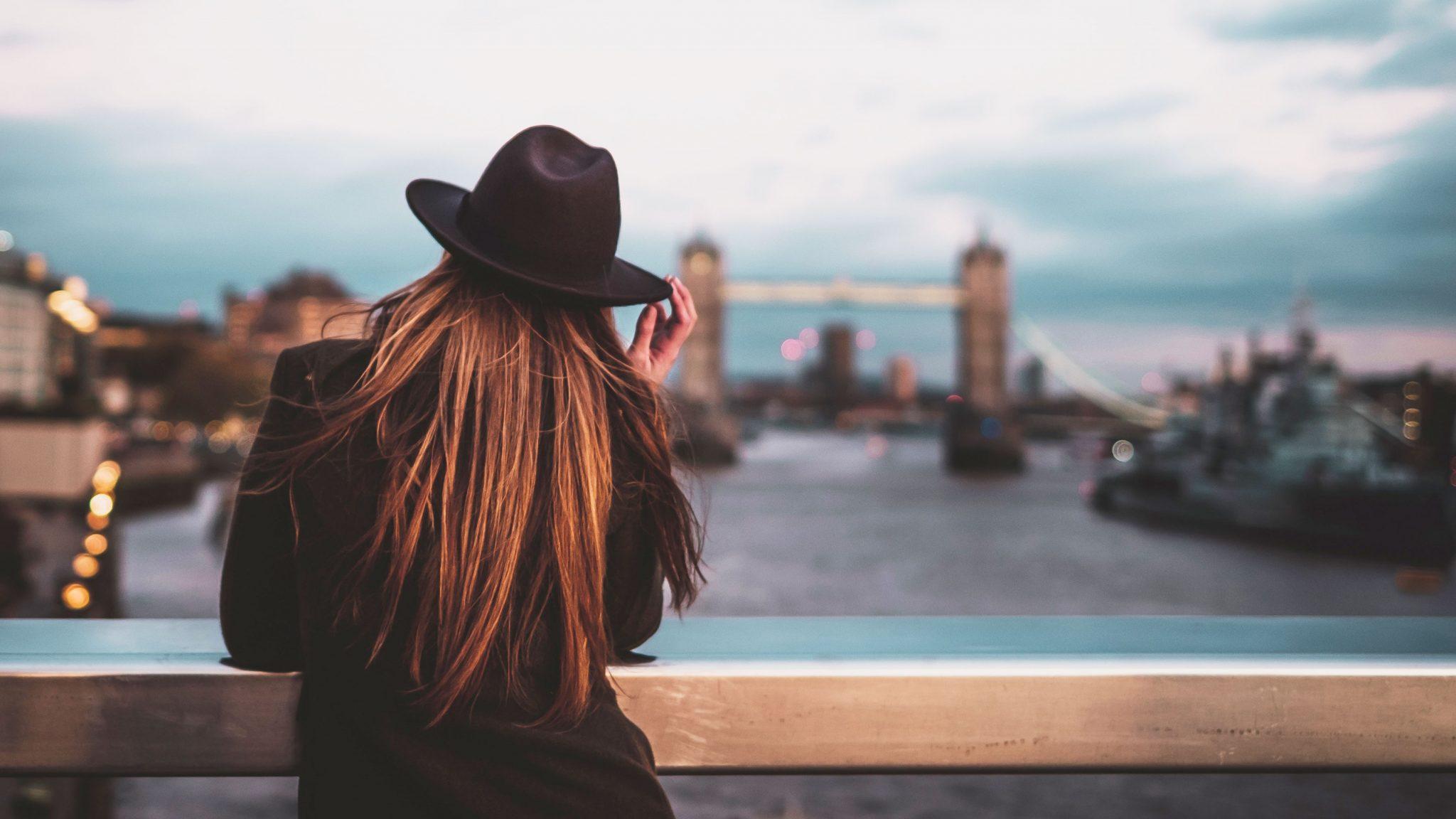 nainen nojaa siltaan lontoossa, taustalla silta