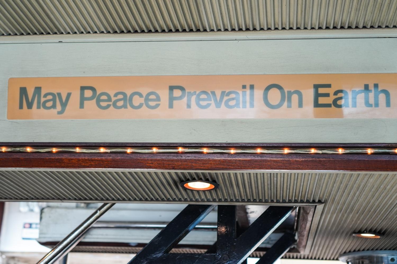 """kyltti lautassa: """"may peace prevail on earth"""""""