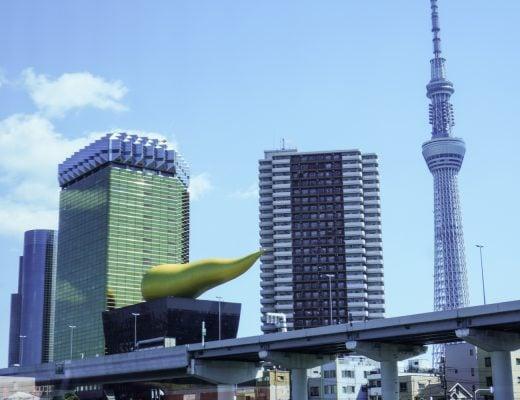 japanin kaupunkimaisemaa, futuristisia rakennuksia. tokyo sky tree ja asahin pääkonttori, jonka päällä kultainen kakan näköinen veistos