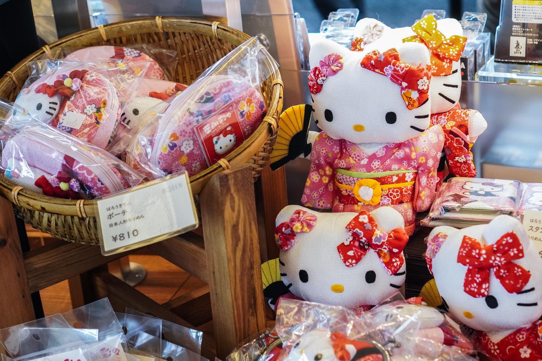 hello kitty -nukkeja kimonossa
