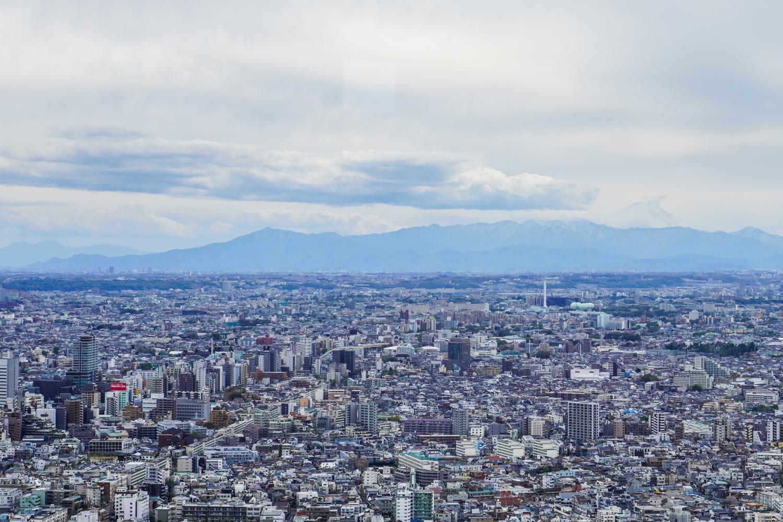 Tokion siluetti, taustalla pieni Fuji-vuori!