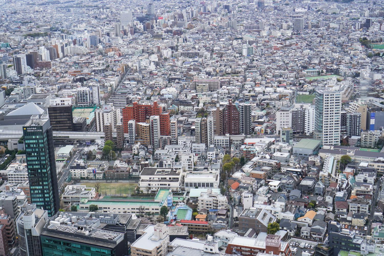 Tokion taloja pilvenpiirtäjästä