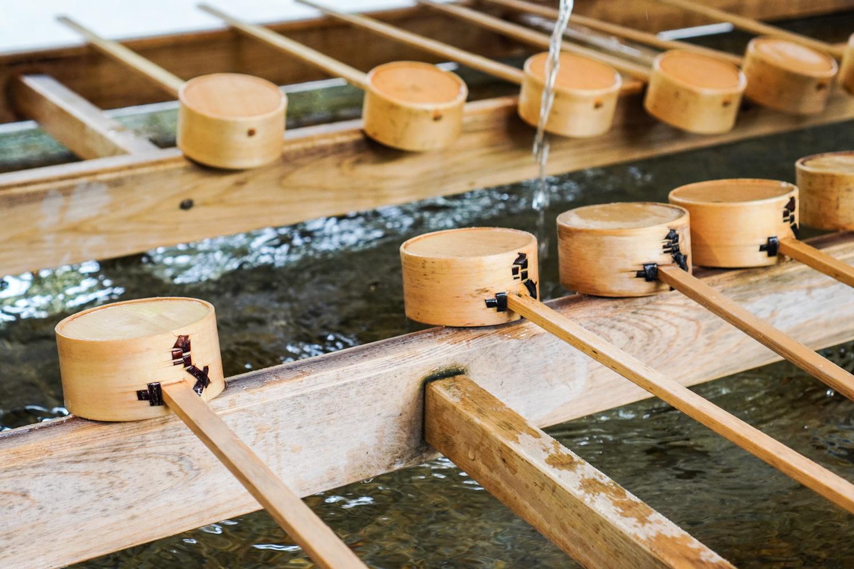 puisia vesikauhoja, joilla pestä kädet ennen temppeliin menoa japanissa