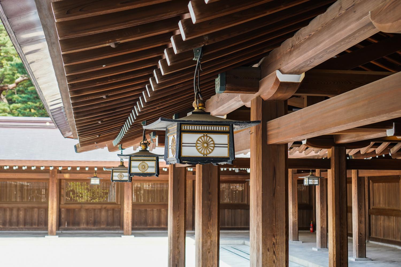 temppelirakennuksia ja kauniita lamppuja