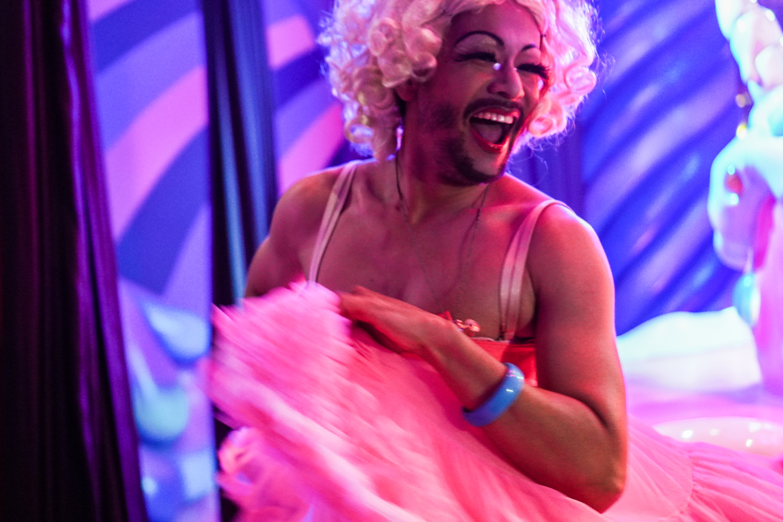 tanssiva ja hymyilevä drag-artisti