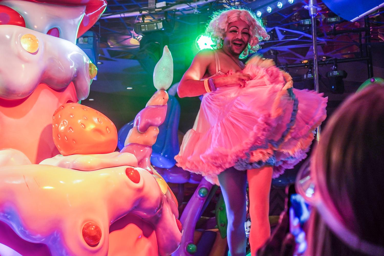 kawaii monster cafen drag-esiintyjä tyllihameessa