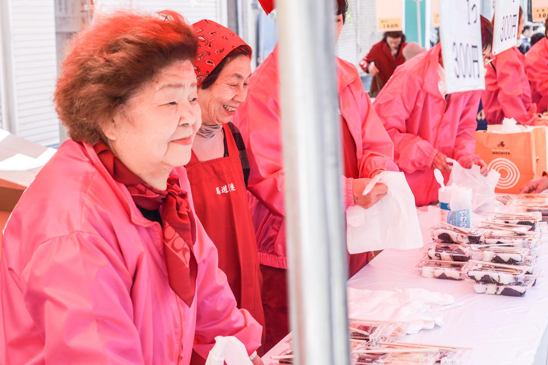 asakusan sakuramatsuri: kaupunginosan naisten pyörittämä ruokakoju