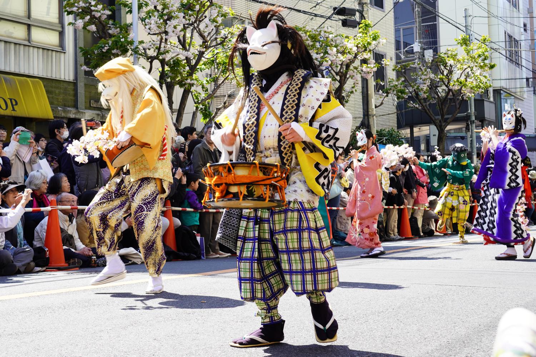 oiran-kulkue tokion asakusassa: perinneasuiset hahmot soittavat rumpuja ja huiluja