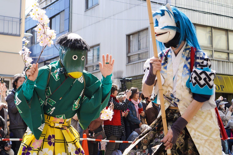 oiran-kulkue asakusassa: hahmoja koristeellisissa perinneasuissa
