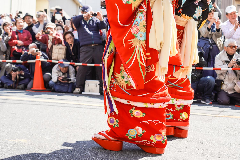 oiranin oppityttöjen upeat kimonot ja puukengät