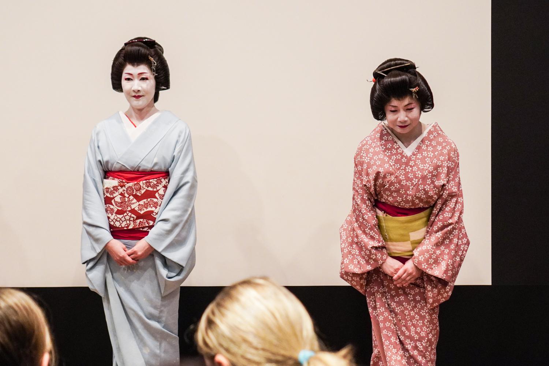 Tokion geishoja upeissa kimonoissa