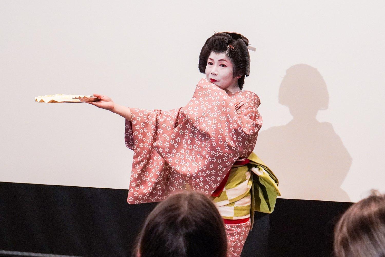 geishan tanssia viuhkan kanssa