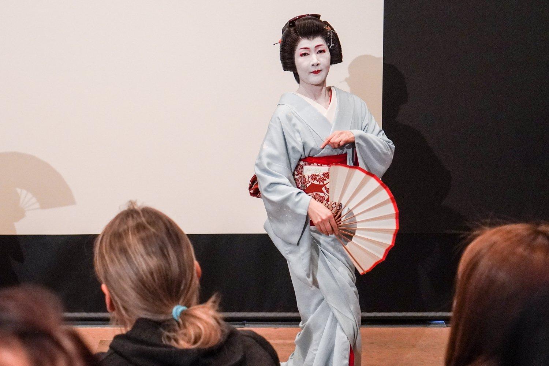 geisha tanssii sinisessä kimonossa