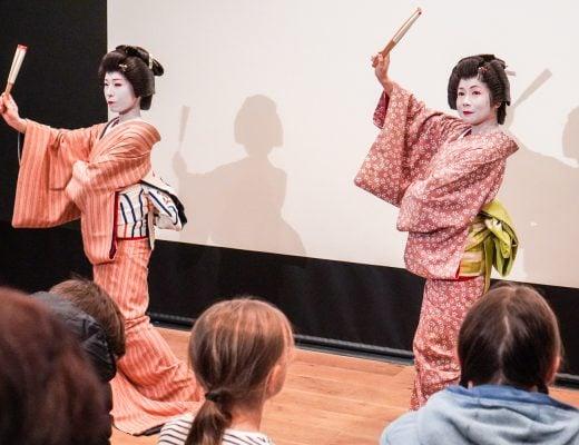 tanssivia geishoja Tokiossa Asakusan turistikeskuksessa