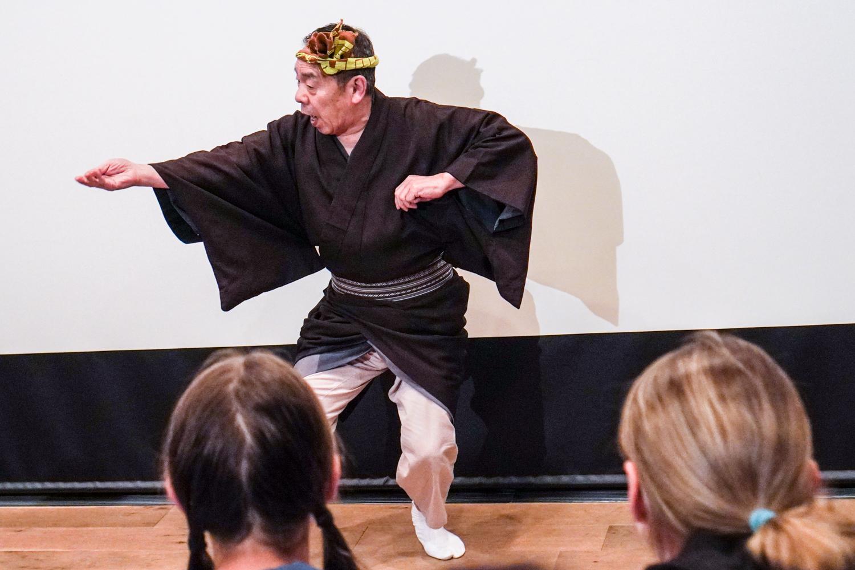 miespuolinen geisha tanssii