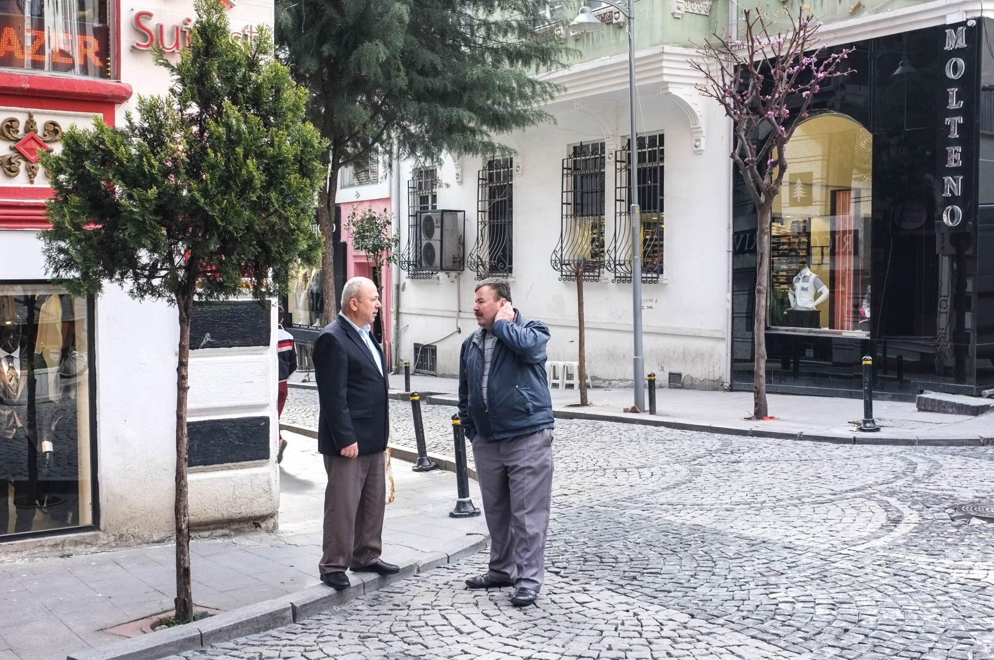kaksi miestä juttelee kadulla Istanbulissa