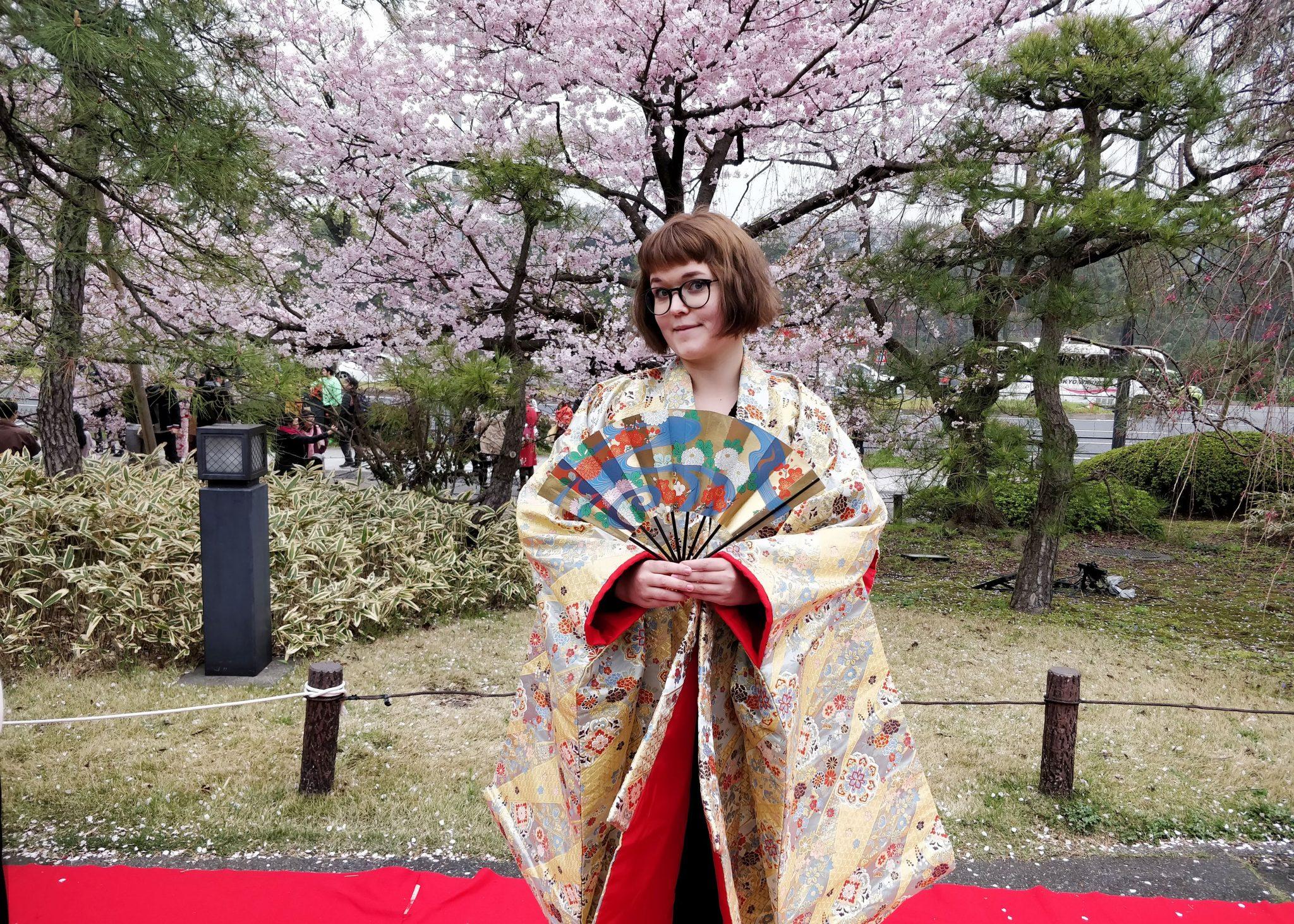 iida kokeilee kabuki-kimonoa