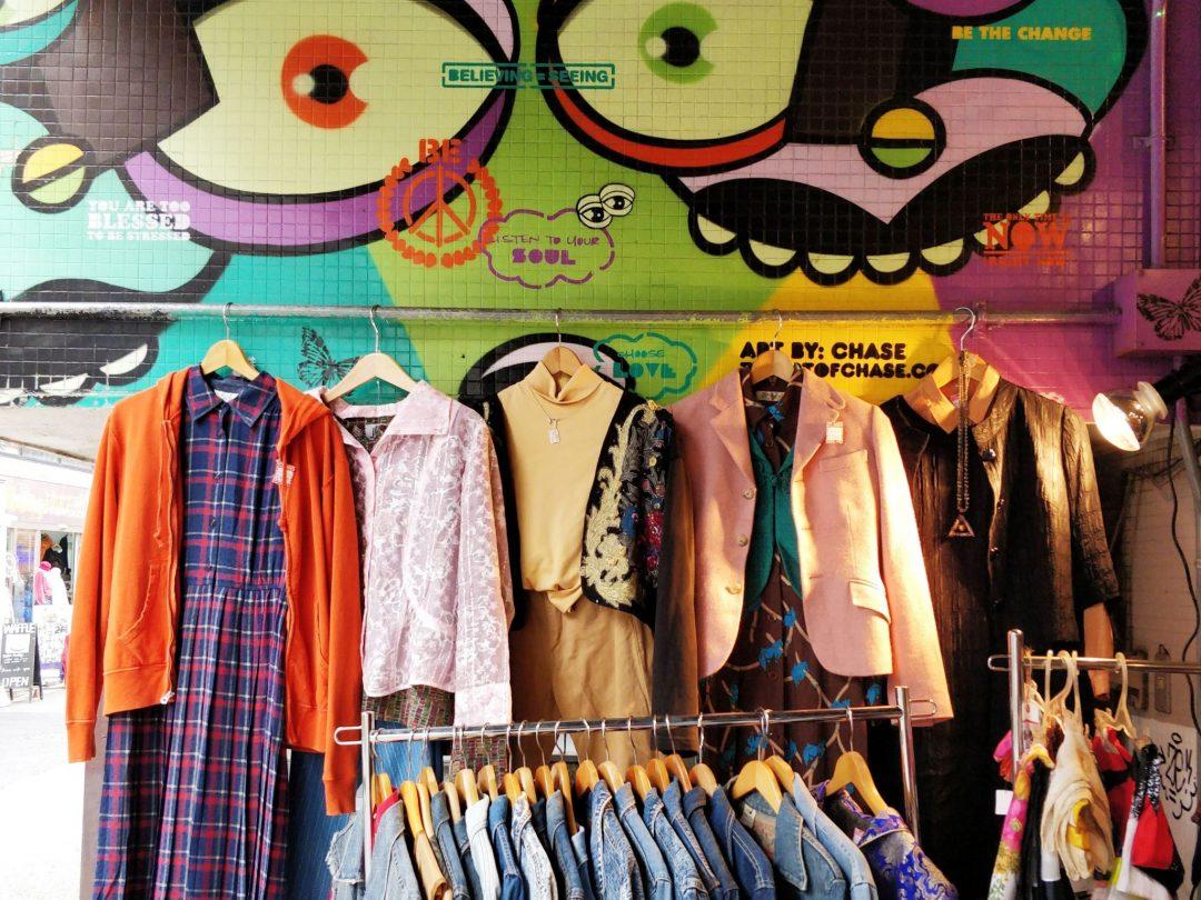 Vintagekaupat Tokiossa - Shimokita Garage Department vaatteita ja graffiti
