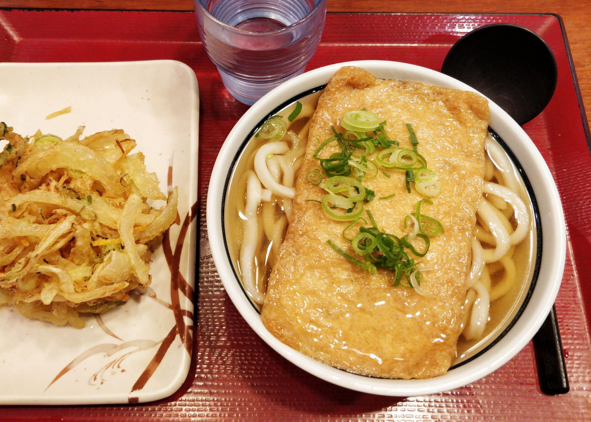 Kitsune udon -nuudelikeittoa ja friteerattua sipulia