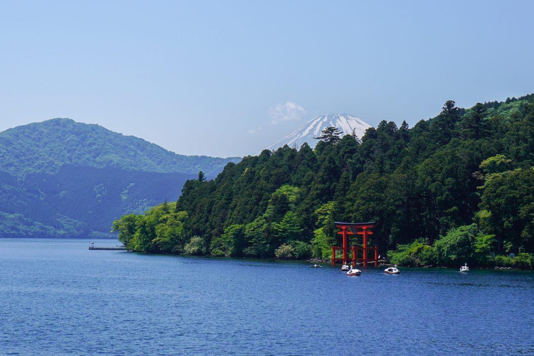 Ashi-järvi, meressä seisova torii-portti ja Fuji-vuori