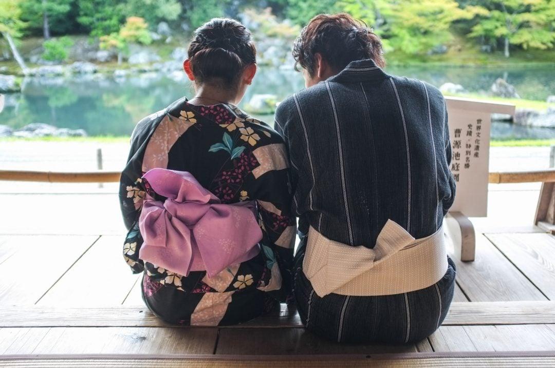pariskunta kimonoissa kiotossa