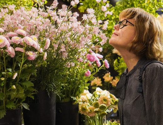 Iida haistaa kukkia