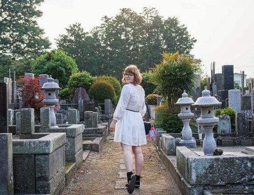 Iida kulkee hautausmaalla ja katsoo taakseen