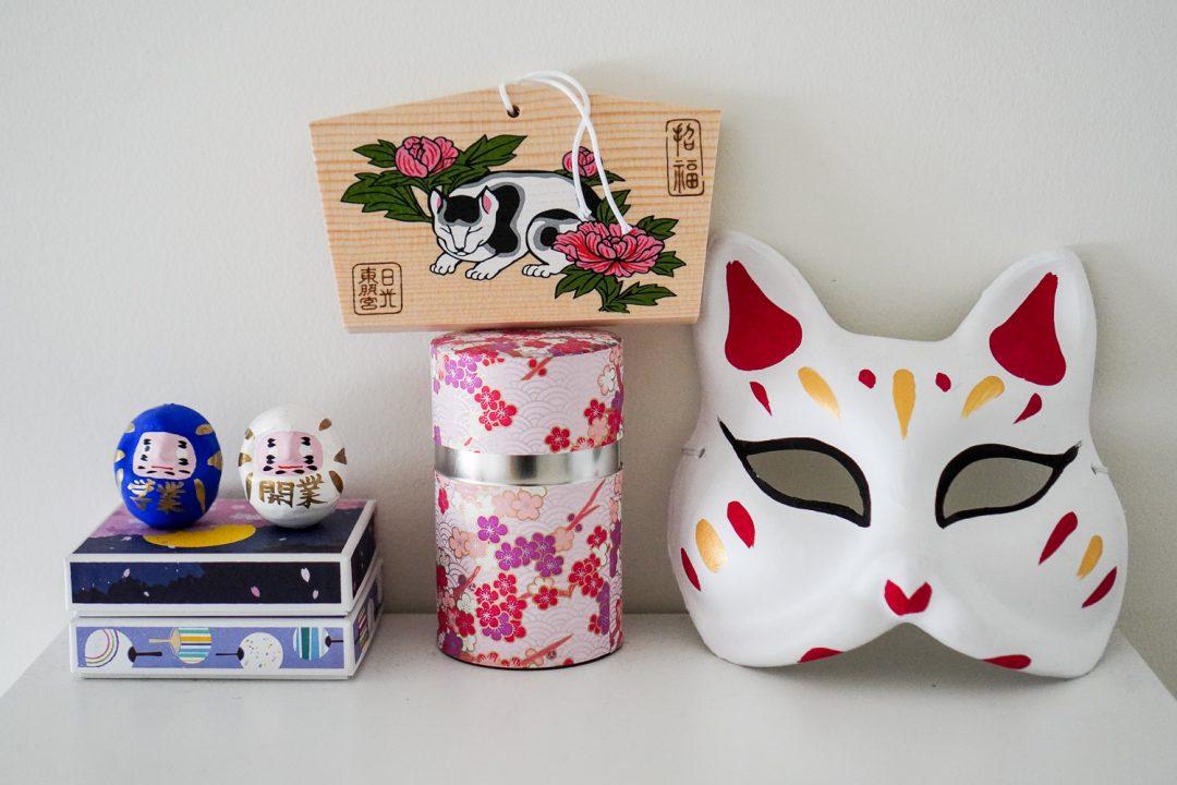 japanilaisia koristeita asuntolahuoneessa