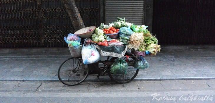 Hedelmäkuorma pyörällä Hanoi Vietnam