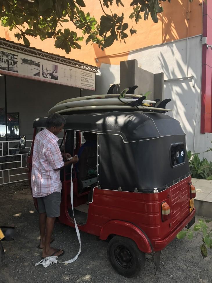 Surffitripille Galleen! Tuktuk ja meidän kuski :)