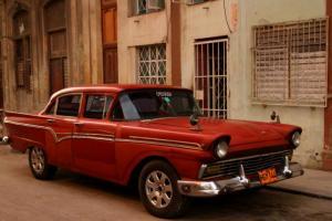 Yksi monista Havannan jenkkiautoista.