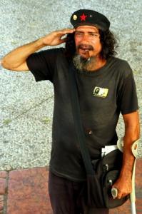 Ernesto Che Guevarana esiintynyt mies tienasi rahaa tällä tavalla.