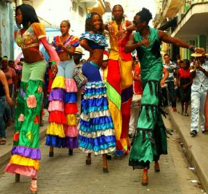 Värikkäästi pukeutuneita kuubalaisia katuesiintyjiä