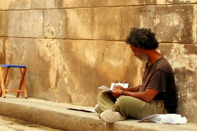 Taiteilija Havannan kadulla