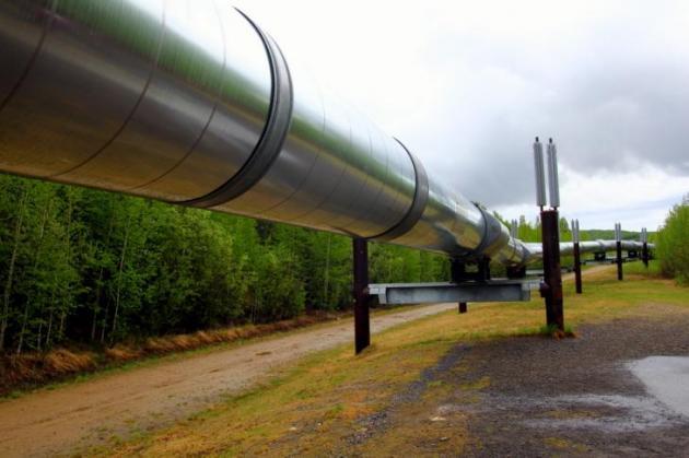 Öljyputki kulkee välillä maan alla ja välillä maan pinnalla.