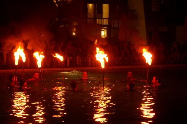 Viimeisenä iltana saimme nauttia  Bluebay Village-hotellin tulishowsta.