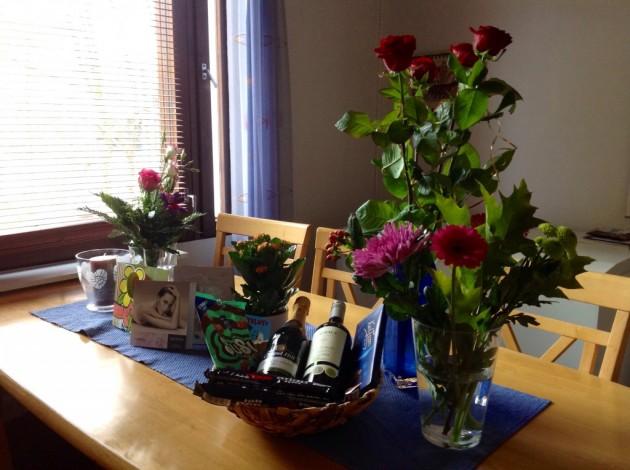 Päivän saldona paljon ihania lahjoja, kaikkein parhaimpana lahjana kuitenkin matkan varaaminen...