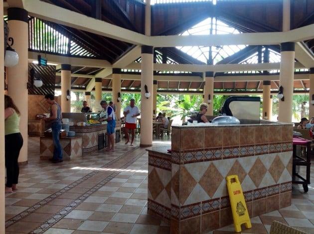 Tässä altaan vieressä olevassa ravintolassa kävimme syömässä lounasta. Paikka on myös lähellä rantaa.