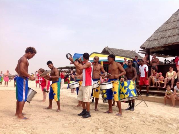 Yhtenä päivänä rannalla esiintyi tällainen rytmiporukka.